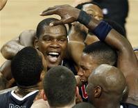 <p>Kevin Durant comemora com seu time a vitória contra a Turquia na final do campeonato mundial de basquete. Os EUA conquistaram seu primeiro título mundial após 16 anos. 12/09/2010 REUTERS/Murad Sezer</p>