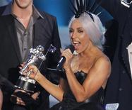 <p>Lady Gaga recebe prêmio por melhor videoclipe no MTV Video Music Awards em Los Angeles, 12 de setembro de 2010. REUTERS/Mike Blake</p>