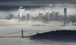 <p>The downtown core of Vancouver and the Lions Gate Bridge rise above a morning fog in this view from Cypress Mountain in West Vancouver, British Columbia in this November 17, 2008 file photo. REUTERS/Andy Clark</p>