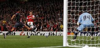 <p>Atacante do Arsenal Andrei Arshavin marca um gol na partida contra o Braga, do goleiro brasileiro Felipe. 15/09/2010 REUTERS/Eddie Keogh</p>
