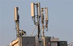 <p>La Commission européenne propose aux Etats membres de libérer de nouvelles fréquences pour les services mobiles en haut débit d'ici au 1er janvier 2013, afin d'encourager la concurrence et les investissements dans les télécommunications. /Photo d'archives/REUTERS/Eric Gaillard</p>