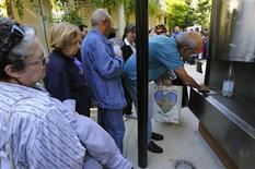 <p>Inauguration au jardin de Reuilly, dans le XIIe arrondissement à Paris, de la première fontaine de France offrant de l'eau pétillante. En plus de l'eau tempérée ou fraîche, les promeneurs assoiffés ont désormais la possibilité d'opter, gratuitement et à volonté, pour des bulles. /Photo prise le 21 septembre 2010/REUTERS/Philippe Wojazer</p>