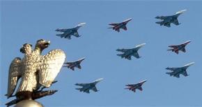 <p>Истрибители пролетают над Красной Площадью в Москве, 9 мая 2010 года. НАТО и Россия надеются расширить военное сотрудничество, стремясь добиться прогресса по вопросам противоракетной обороны и контроля за обычными вооружениями к саммиту альянса в ноябре, сказал генеральный секретарь НАТО Андерс Фог Расмуссен в среду. REUTERS/Alexander Natruskin</p>
