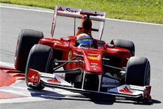 """<p>Пилот """"Феррари"""" бразилец Фелипе Масса проходит поворот во время второй практики на """"Гран-при Италии"""" в Монце 10 сентября 2010 года. После проваленного пит-стопа на первом """"Гран-при Сингапура"""" Фелипе Масса может вздохнуть с облегчением, поскольку в этом году дозаправок во время гонки не будет. REUTERS/Giampiero Sposito</p>"""