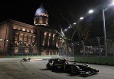 <p>O piloto Jarno Trulli, da Lotus, faz a curva durante treino do Grande Prêmio de Cingapura, 24 de setembro de 2010. REUTERS/Vivek Prakash</p>