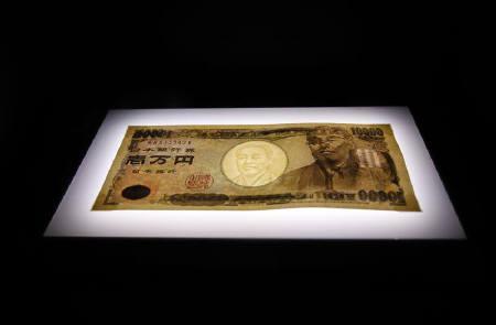 9月27日、外為市場では週内にも再び政府・日銀が円売り介入を実施する可能性が高いとの指摘が出ている。写真は1万円紙幣。3日撮影(2010年 ロイター/Kim Kyung-Hoon)