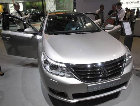 Visitors look at a Renault Latitude car during the Moscow Auto Salon 2010 August 28, 2010. REUTERS/Alexander Natruskin/Files