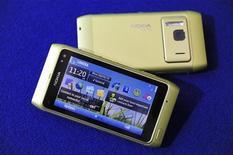 <p>The Nokia N8 smartphone is displayed in Espoo, September 8, 2010. REUTERS/LEHTIKUVA/Heikki Saukkomaa</p>