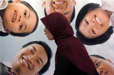 <p>A staff of a sharia bank speaks to customers during the Economic Sharia Festival in Jakarta February 4, 2009. REUTERS/Supri</p>