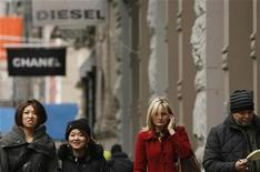 <p>Shoppers pass a store while walking through the SoHo neighborhood of New York December 23, 2008. REUTERS/Lucas Jackson</p>