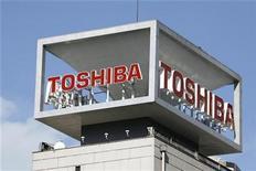 <p>Imagen de archivo del logo de Toshiba en una oficina en Tokio. Ene 10 2009 La empresa tecnológica japonesa Toshiba dijo el viernes que va a prescindir de su plan de producir en serie paneles de diodo orgánico de emisión de luz (OLED) y se centrará en las pantallas de mediano tamaño y pequeño de LCD en medio de una fuerte demanda. REUTERS/Stringer/ARCHIVO</p>