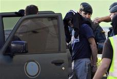<p>Сотрудники полиции арестовывают членов сепаратистской группировки ЕТА в Вильябоне, 29 сентября 2010 года. Боевики баскской сепаратистской группировки ЕТА, арестованные на прошлой неделе, проходили подготовку в Венесуэле, заявила испанская прокуратура. REUTERS/Vincent West</p>