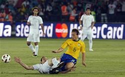 <p>Lucas disputa bola com iraniano Timotian durante vitória do Brasil por 3 x 0 nesta quinta-feira em Abu Dhabi. REUTERS/Mosab Omar</p>