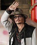 """<p>Ator Johnny Depp, que interpreta o capitão Jack Sparrow nos filmes """"Piratas do Caribe"""", apareceu fantasiado de pirata em visita-surpresa a uma escola em Londres. REUTERS/Toru Hanai</p>"""
