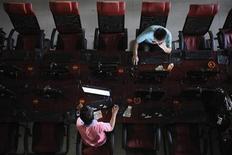 <p>Люди пользуются компьютерами в интернет-кафе в Тайюане 13 августа 2009 года. Ведущие интернет-провайдеры Таджикистана по требованию властей закрыли доступ к четырем информационным сайтам, известным критическими материалами в адрес руководства страны. REUTERS/Stringer</p>