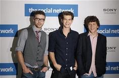 """<p>Los actores Justin Timberlake (izq.), Andrew Garfield y Jesse Eisenberg, promoviendo la película """"The Social Network"""" en Berlín. Oct 5 2010 La película sobre Facebook """"The Social Network"""" volvió a encabezar la lista de las más vistas en América del Norte por segunda semana consecutiva, en un decepcionante fin de semana en el que la venta de boletos total cayó un 15 por ciento con respecto al año anterior. REUTERS/Thomas Peter</p>"""