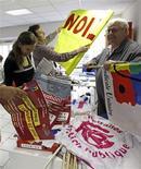 <p>Préparatifs de militants de la FSU, lundi à Marseille. Syndicats et gouvernement abordent une phase décisive dans leur bras de fer sur la réforme des retraites avec deux nouvelles journées d'action, mardi et samedi, tandis que l'examen du texte se poursuit au Sénat. /Photo prise le 11 octobre 2010/REUTERS/Jean-Paul Pélissier</p>