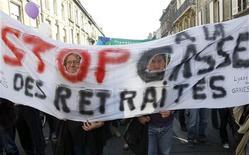<p>Manifestation à Bordeaux. L'opposition à la réforme des retraites est entrée dans une phase de radicalisation pour tenter de faire plier le gouvernement par le biais de manifestations de masse et de grèves reconductibles. /Photo prise le 12 octobre 2010/REUTERS/Régis Duvignau</p>
