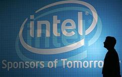 <p>Intel a publié mardi des résultats trimestriels supérieurs aux attentes et dit anticiper une hausse d'environ 2,7% de ses ventes au quatrième trimestre par rapport au troisième. /Photo d'archives/REUTERS/Pichi Chuang</p>