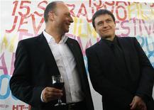 """<p>Cristian Mungiu (dir), diretor do filme """"Contos da Era Dourada"""", fala com diretor do Festival de Sarajevo em 2009. 15/02/2009 REUTERS/ Danilo Krstanovic/Arquivo</p>"""