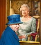<p>La reina Isabel II de Inglaterra, mirando un retrato suyo antes de una ceremonia en Southampton. Oct 11 2010 La reina Isabel de Inglaterra ha cancelado una fiesta de Navidad en el Palacio de Buckingham, tras decidir que sería inapropiado celebrar mientras los británicos pasan apuros económicos. REUTERS/Arthur Edwards/Pool</p>