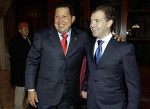 <p>Президент России Дмитрий Медведев (справа) и президент Венесуэлы Уго Чавес (слева) в президентской резиденции в Горках 14 октября 2010 года. Вслед за премьером РФ Владимиром Путиным, прокатившимся недавно на желтой Lada Kalina, продукцию российского Автоваза опробовал президент Венесуэлы Уго Чавес. REUTERS/RIA Novosti/Kremlin/Dmitry Astakhov</p>
