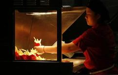 <p>A staff member prepares French fries at a McDonald's restaurant in the southern city of Shenzhen January 29, 2010. REUTERS/Bobby Yip</p>