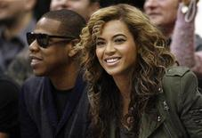 <p>Recording artists Jay Z (L) and Beyonce watch from courtside during the second half of the NBA basketball game between the Los Angeles Lakers and the Dallas Mavericks in Dallas, Texas February 24, 2010. REUTERS/Mike Stone</p>
