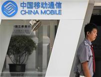<p>China Mobile a vu son bénéfice net progresser de 3,5% à 29,65 milliards de yuans (3,2 milliards d'euros) au troisième trimestre, une évolution conforme aux attentes des analystes mais qu'ils ont cependant jugée décevante. /Photo prise le 8 septembre 2010/REUTERS/Petar Kujundzic</p>
