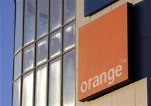 <p>Orange espère parvenir d'ici janvier 2011 à un accord concernant la vente de ses chaînes de cinéma en vue de boucler l'opération fin 2011, a déclaré le directeur des contenus de la filiale de France Télécom, Xavier Couture, dans l'édition de vendredi de La Tribune. /Photo d'archives/REUTERS/Denis Balibouse</p>
