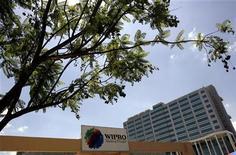 <p>Wipro, numéro trois indien des services informatiques, a fait état vendredi d'une hausse moins marquée que prévu de son bénéfice du deuxième trimestre, sous le coup d'une progression des salaires et d'une volatilité du cours de change de la roupie indienne. /Photo d'archives/REUTERS/Punit Paranjpe</p>