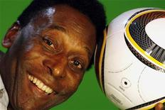 <p>Pelé posa para foto durante entrevista com a Reuters em março de 2010, em São Paulo. REUTERS/Paulo Whitaker</p>