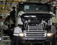 <p>Imagen de archivo de un hombre trabajando en un camión Scania en una planta en Sao Bernardo do Campo. Sep 15 2010 El fabricante sueco de camiones Scania incumplió las expectativas de crecimiento de ventas del tercer trimestre y advirtió que podrían producirse cuellos de botella ante un aumento de las tasas de producción, lo que hacía que sus acciones bajaran más de un 6 por ciento. REUTERS/Paulo Whitaker/ARCHIVO</p>