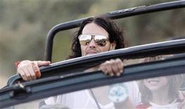 <p>O ator britânico Russell Brand passeia de carro no Parque Nacional de Ranthambore durante um safari no distrito de Sawai Madhopur, no estado indiano do Rajastão, 22 de outubro de 2010. REUTERS/Adnan Abidi</p>