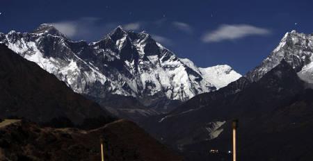 10月28日、ネパールの通信会社が、世界最高峰エベレストのベースキャンプに3G携帯電話サービスを初めて導入。写真は昨年12月撮影(2010年 ロイター/Gopal Chitrakar)
