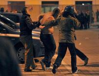 <p>Полиция арестовывает фаната сборнйо Сербии в Генуе 13 октября 2010 года. Сборной Италии присудили победу со счетом 3-0 в отмененном из-за беспорядков на трибунах матче против команды Сербии, сообщила в пятницу итальянская федерация футбола. REUTERS/Stringer</p>