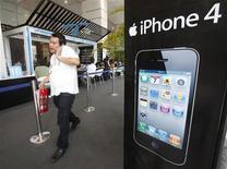 <p>Apple a vu les ventes de son iPhone bondir de 91% au troisième trimestre par rapport à la même période de 2009, ce qui lui a permis de figurer pour la première fois parmi les cinq plus importants vendeurs de combinés dans le monde (en volumes). /Photo prise le 24 septembre 2010/REUTERS/Chaiwat Subprasom</p>