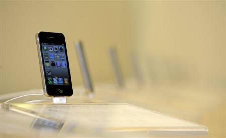 10月31日、米アップルは、携帯電話端末「iPhone(アイフォーン)」の特許侵害でモトローラを提訴した。ロンドンのアップルストアで6月撮影(2010年 ロイター/Paul Hackett)