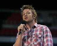<p>Jamie Oliver introduces P Diddy at the Concert for Diana at Wembley Stadium in London July 1, 2007. REUTERS/Luke MacGregor</p>