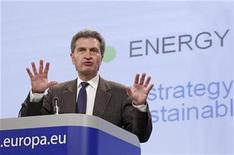 <p>El comisario europeo de Energía, Guenther Oettinger, durante una conferencia en Bruselas. Nov 10 2010 El comisario europeo de Energía, Guenther Oettinger, presentó el miércoles una estrategia para invertir un billón de euros (1,39 billones de dólares) durante la próxima década en una red energética europea compartida para impulsar la solidaridad y reducir la dependencia de las importaciones de carburantes fósiles. REUTERS/Yves Herman</p>
