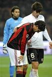 <p>Alexandre Pato sente lesão na coxa durante partida do Milan contra o Palermo no Campeonato Italiano. 10/11/2010 REUTERS/Giorgio Perottino</p>