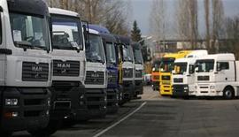 <p>Imagen de archivo de camiones MAN estacionados en una planta en Munich. Nov 17 2006 El fabricante alemán de camiones MAN SE y su rival Scania negocian una posible combinación, dijo el lunes la firma sueca. REUTERS/Michael Dalder/ARCHIVO</p>
