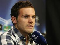<p>Хуан Мата на пресс-конференции в Валенсии 28 сентября 2010 года. Испанский полузащитник Хуан Мата не сможет сыграть в товарищеском матче национальной сборной против команды Португалии из-за травмы, сообщили в понедельник чемпионы мира и Европы. REUTERS/Heino Kalis</p>