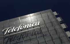 <p>Imagen de archivo del logo de Telefónica en una oficina en Madrid. Jul 29 2010 El gigante español de las telecomunicaciones Telefónica estimó el miércoles que espera contar con al menos 210 millones de accesos en Latinoamérica para el 2012, lo que implicaría un aumento del 17 por ciento. REUTERS/Susana Vera/ARCHIVO</p>