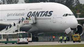 <p>Imagen de archivo de un avión de Qantas en un aeropuerto en Singapur. Nov 4 2010 Qantas Airways enfrenta la posibilidad de que su flota de Airbus A380 pase varias semanas sin volar, dijo el viernes una fuente con conocimiento de la situación, lo que amenaza su capacidad a medida que se acerca la temporada de Navidad y de vacaciones del verano austral. REUTERS/Vivek Prakash/ARCHIVO</p>