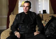 <p>Actor Daniel Day Lewis poses for a portrait in New York, November 15, 2009. REUTERS/Carlo Allegri</p>