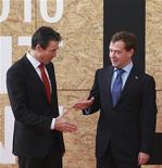 <p>Генеральный секретарь НАТО Андерс Фог Расмуссен (слева) и президент России Дмитрий Медведев на саммите в Лиссабоне, 20 ноября 2010 года. НАТО и Россия решили сотрудничать в области противоракетной обороны и других вопросах безопасности, приветствовав новое начало взаимоотношений, испортившихся после войны между РФ и Грузией в 2008 году. REUTERS/Vladimir Radionov/RIA Novosti/Kremlin</p>