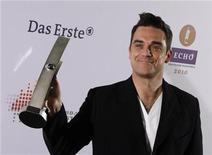 <p>Foto de archivo del cantante británico Robbie Williams durante la entrega de los premios Echo en Berlín, mar 4 2010. La banda Take That, que volvió a contar con la estrella pop Robbie Williams, se convirtió en el primer grupo de este siglo en Gran Bretaña en vender más de medio millón de discos en una semana, según la empresa Official Charts Company. REUTERS/Thomas Peter</p>