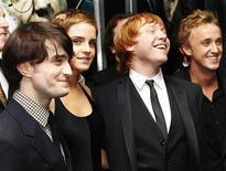 """<p>Foto de archivo. De izquierda a derecha: Los actores Daniel Radcliffe, Emma Watson, Rupert Grint y Tom Felton durante el estereno del filme """"Harry Potter y las Reliquias de la Muerte: Parte 1"""" en Nueva York, dic 15 2010. """"Harry Potter y las Reliquias de la Muerte: Parte 1"""", la primera de las dos películas basadas en el último libro de la saga escrita por J.K. Rowling, tomó por asalto la taquilla británica el fin de semana con ingresos por 18,3 millones de libras (29,2 millones de dólares). REUTERS/Shannon Stapleton</p>"""