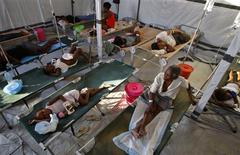 <p>Haiti residents infected with cholera receive treatment in a clinic set up by the International Red Cross in Port-au-Prince November 24, 2010. REUTERS/Kena Betancur</p>